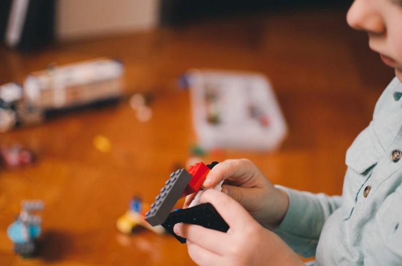 Dijete vježba motoričke vještine slaganjem kockica